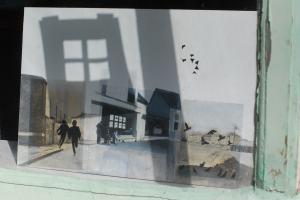 Une des toiles de l'artiste installée dans les vitrines du village