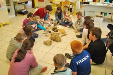 Les élèves de Locarn sont ébahis devant les matières. A eux de fabriquer une sculpture !