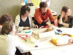 Cynthia Guyot au centre pendant des ateliers