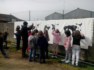 Mik Poullard accueille les élèves de l'école de Carnoët pendant sa résidence