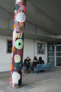 Exemple d'un tricotag réalisé par des Fourmi-e et installé à l'Université de Lorient en 2015